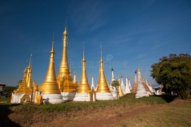 Pagoda de Thein d'auberge de Shwe au village d'Indein, lac Inle photos stock