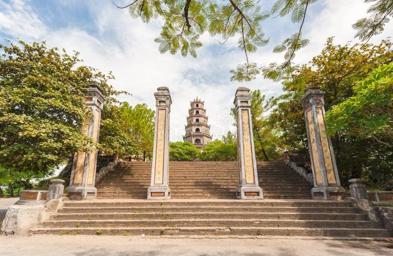 Pagoda de Thien MU, tonalidad, Vietnam. Sitio del patrimonio mundial de la UNESCO. imágenes de archivo libres de regalías