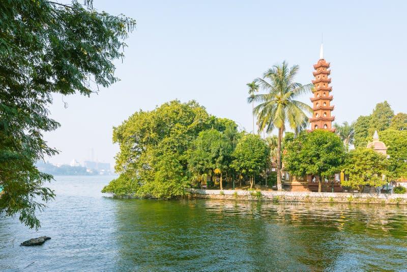 Pagoda de Tran Quoc en Hanoi en día, Vietnam imagen de archivo