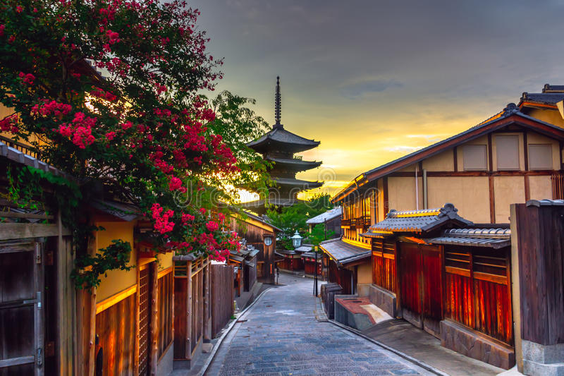 Pagoda de Yasaka et rue de Sannen Zaka au coucher du soleil, Kyoto, Japon photographie stock