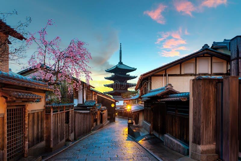Pagoda de Yasaka y calle de Sannen Zaka con la flor de cerezo por la ma?ana, Kyoto, Jap?n imágenes de archivo libres de regalías