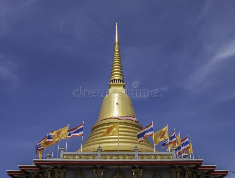 Pagoda del oro en Wat Bang Phli Yai Nai fotografía de archivo