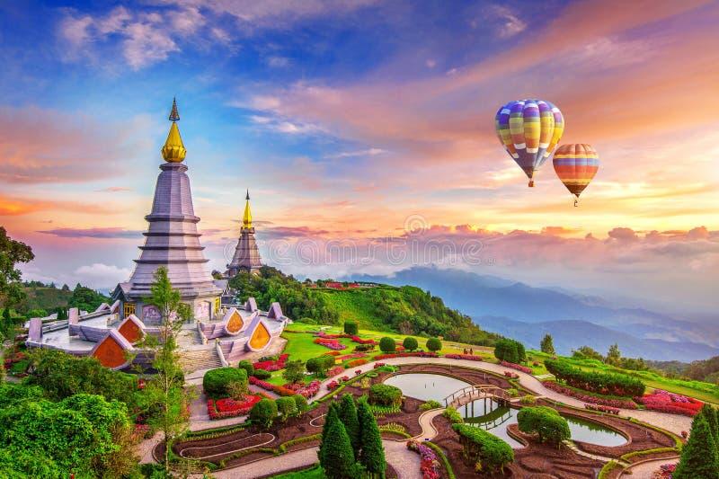 Pagoda del punto di riferimento nel parco nazionale di Inthanon di doi con il pallone al Ch immagini stock libere da diritti