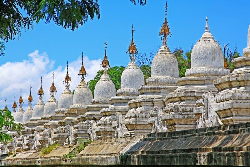 Pagoda di Kuthodaw, Mandalay, Myanmar fotografia stock libera da diritti