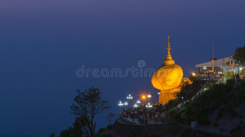 Pagoda di Kyaikhteeyoe o roccia dorata nelle prime ore del mattino, 1 di 5 posti sacri nel Myanmar fotografia stock