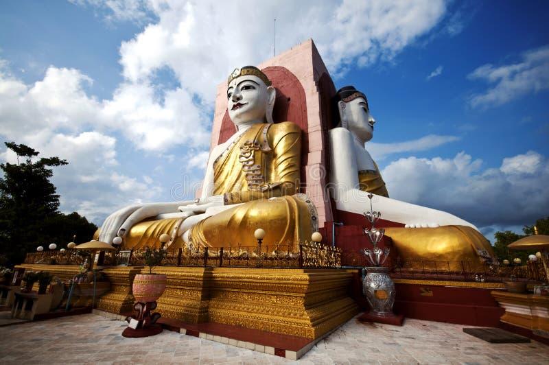 Pagoda di Kyaikpun - i quattro hanno messo Buddha a sedere, sedentesi di nuovo di nuovo alle quattro direzioni nella città di Peg fotografia stock libera da diritti