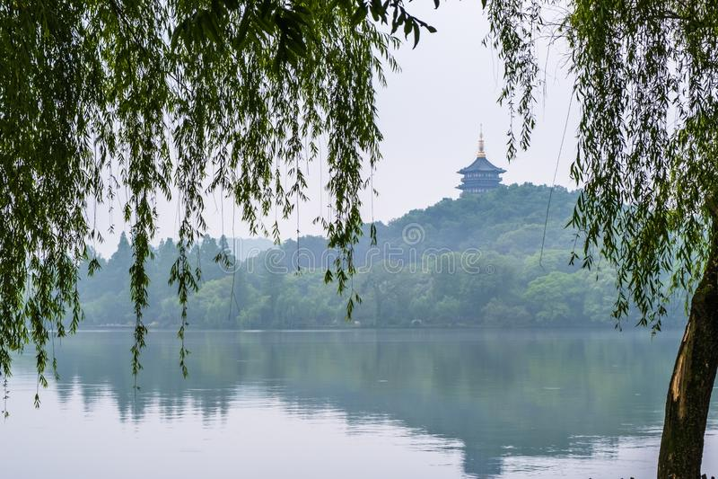 Pagoda di Leifeng nel lago ad ovest di mattina, dove è un lago d'acqua dolce a Hangzhou, Zhejiang, Cina immagine stock libera da diritti