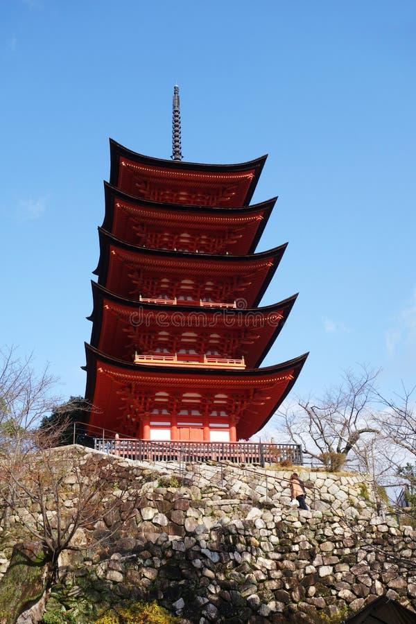 Pagoda di Miyajima situata sulle colline rosse dell'isola di Miyaji immagini stock