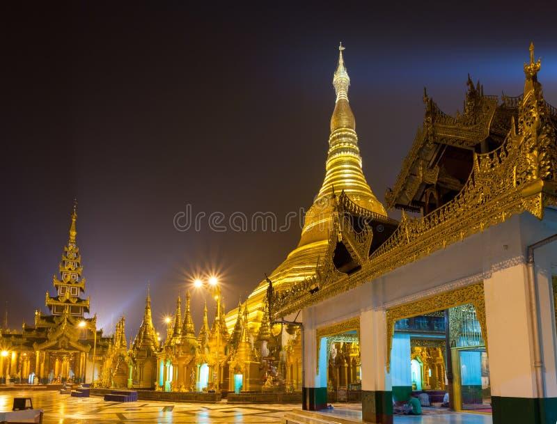 Pagoda di Shwedagon alla notte Rangoon, Myanmar fotografia stock