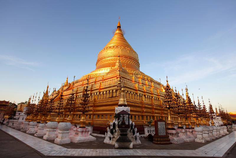 Pagoda di Shwezigon in Bagan, sunlit al tramonto fotografia stock