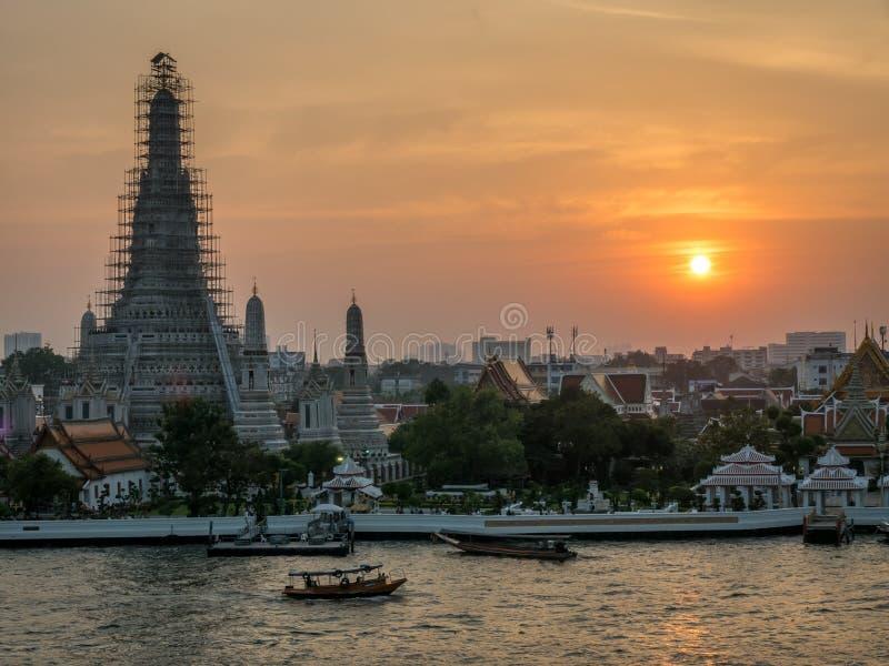 Pagoda di Temple of Dawn sotto il cielo crepuscolare immagini stock