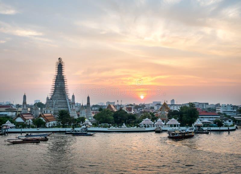 Pagoda di Temple of Dawn sotto il cielo crepuscolare immagini stock libere da diritti