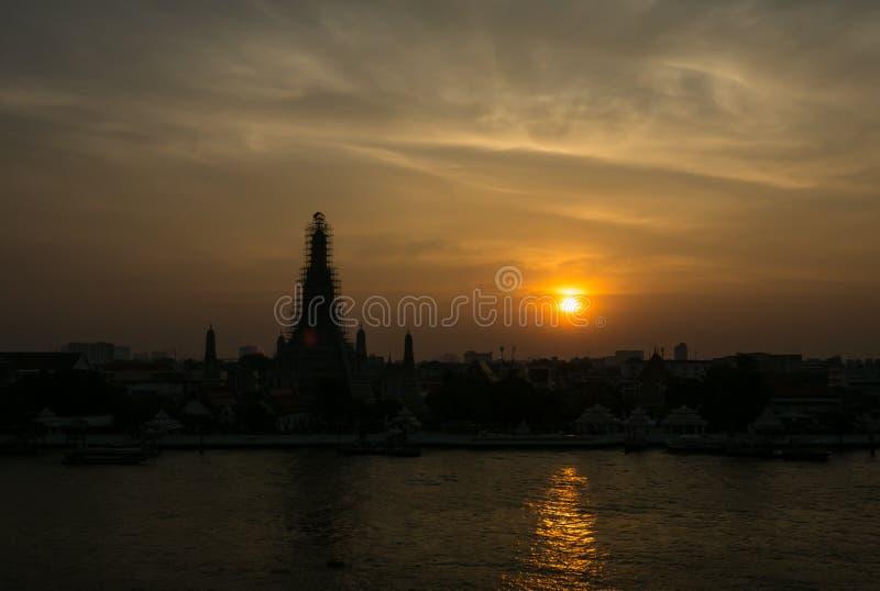 Pagoda di Temple of Dawn sotto il cielo crepuscolare fotografie stock libere da diritti