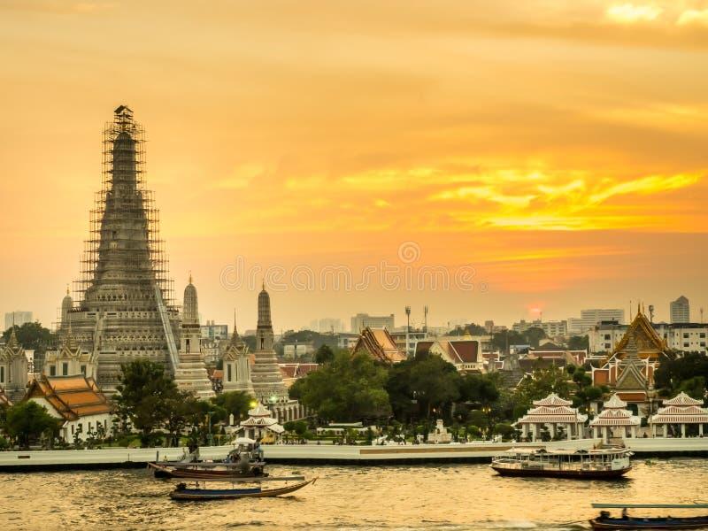 Pagoda di Temple of Dawn sotto il cielo crepuscolare immagine stock libera da diritti