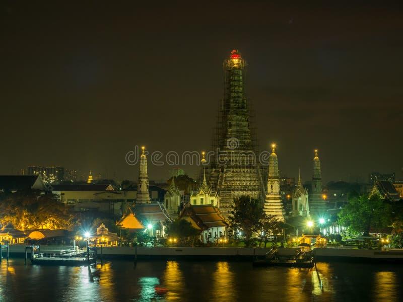 Pagoda di Temple of Dawn sotto il cielo crepuscolare immagine stock