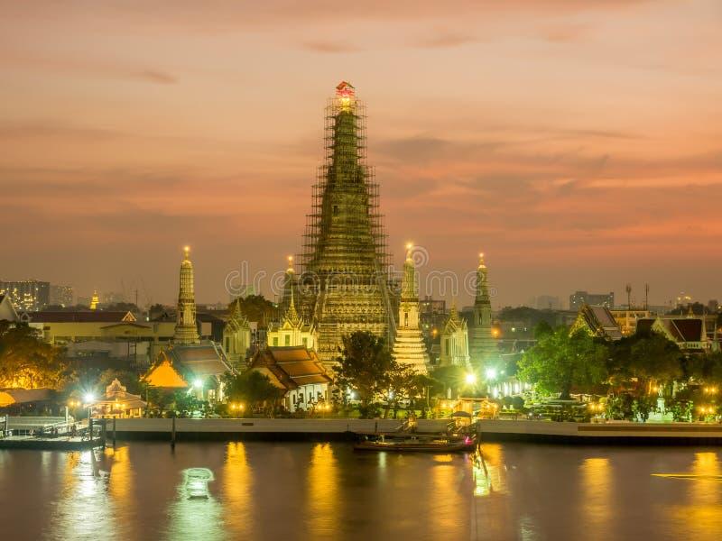 Pagoda di Temple of Dawn sotto il cielo crepuscolare fotografie stock
