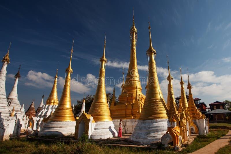 Pagoda di Thein della locanda di Shwe al villaggio di Indein, lago Inle immagini stock libere da diritti