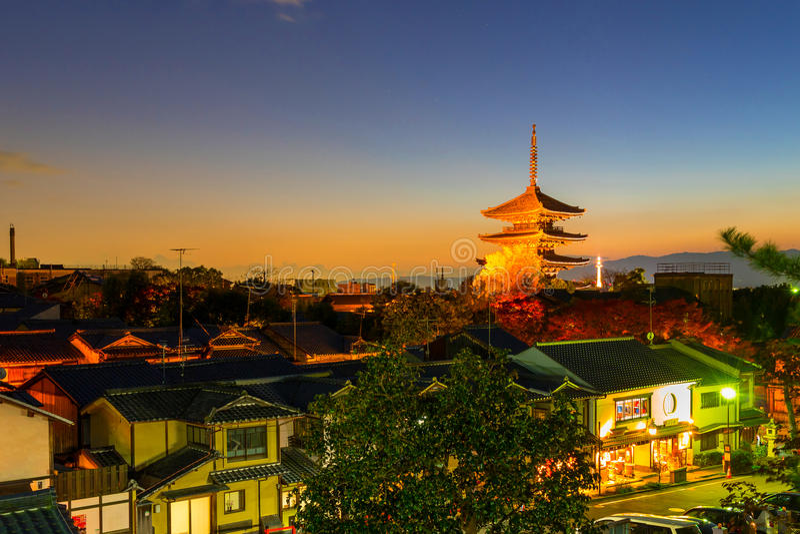Pagoda di Yasaka e via di Sannen Zaka nella sera immagine stock libera da diritti