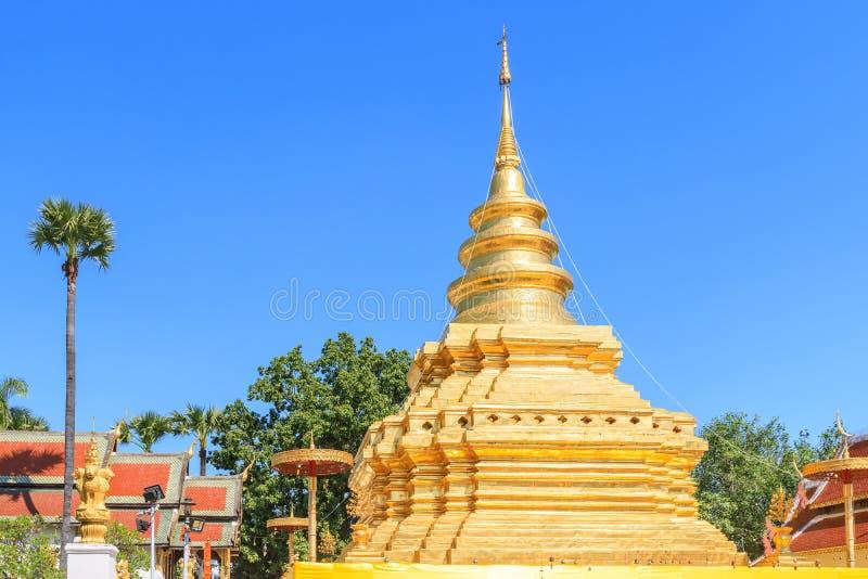 Pagoda dorata della reliquia di Buddha alla cinghia Worawihan di Wat Phra That Si Chom in Chiang Mai, Tailandia fotografie stock libere da diritti