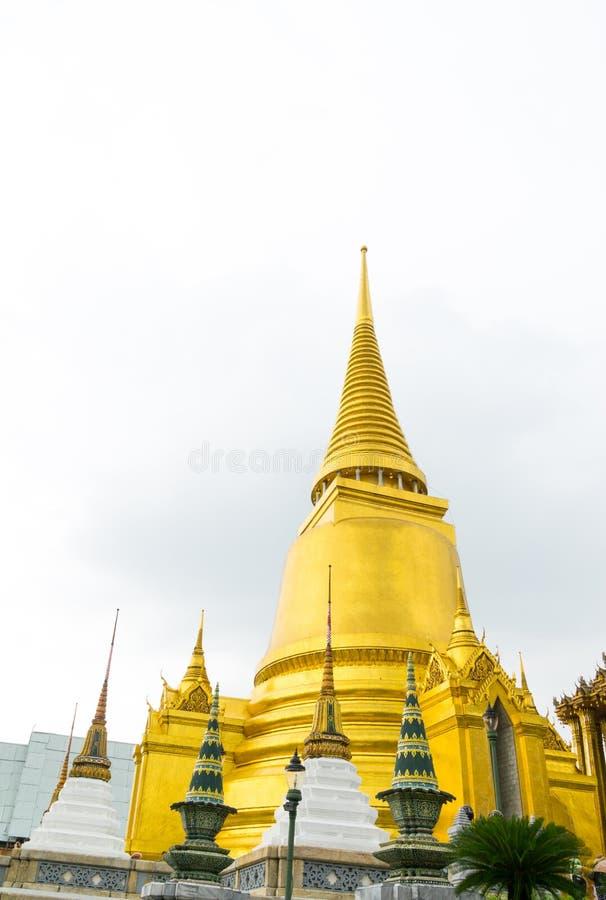 Pagoda dorata nel tempio, Tailandia immagini stock