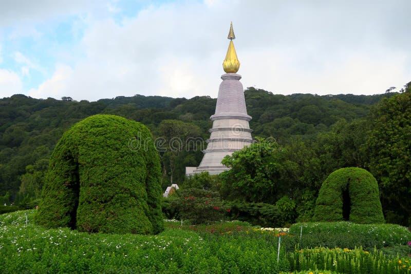 Pagoda dorata in un bello giardino fotografia stock
