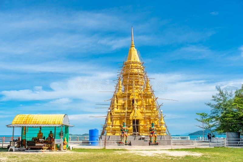 Pagoda dorata vicino alla spiaggia dell'isola di Samui in Tailandia immagine stock libera da diritti