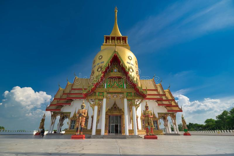 Pagoda dourada em Wat Pong Agas, Chachoengsao, Tailândia fotos de stock