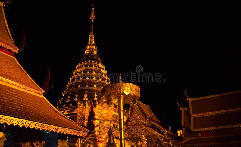 Pagoda dourado do wat Doi Suthep na noite H fotografia de stock
