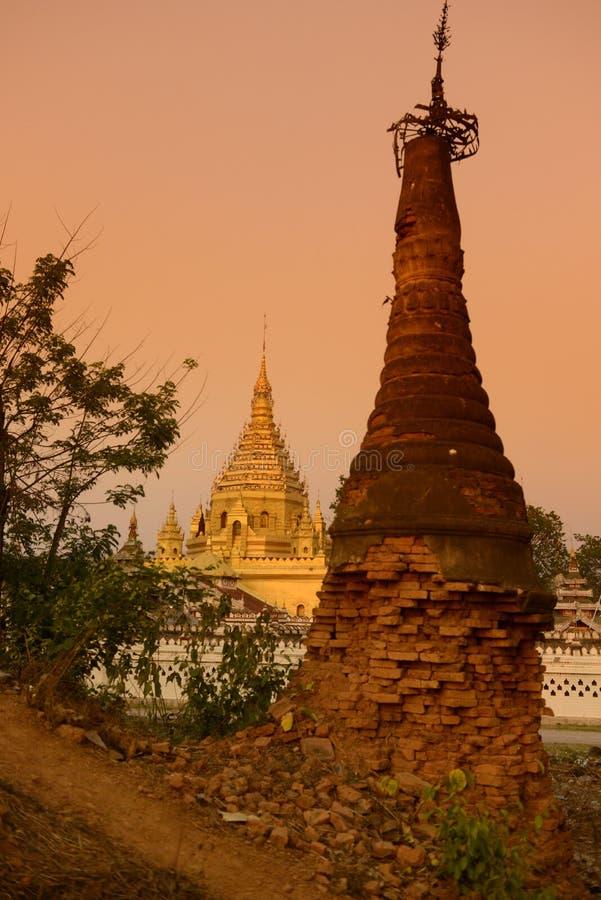 PAGODA DU LAC NYAUNGSHWN DE L'ASIE MYANMAR INLE image stock