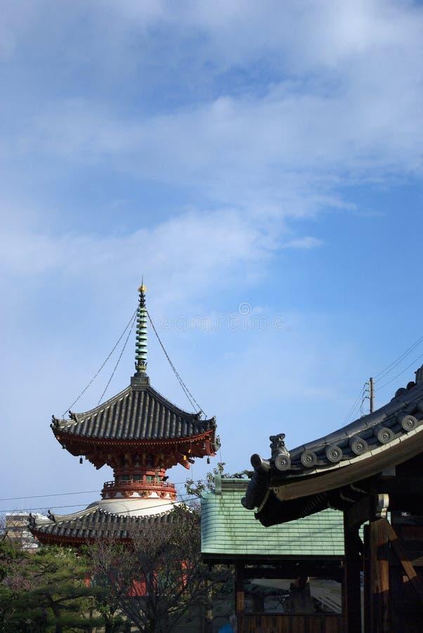 pagoda Due-leggendario ed il cielo di inverno del Giappone immagini stock libere da diritti