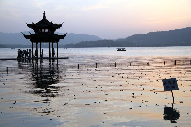 Pagoda e lago ad ovest a Hangzhou fotografia stock libera da diritti