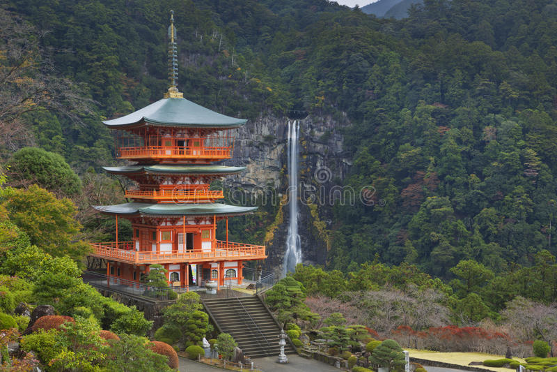 Pagoda e Nachi Falls nella prefettura di Wakayama, Giappone immagine stock libera da diritti
