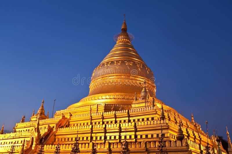 Pagoda en el crepúsculo en Bagan, Myanmar de Shwezigon fotografía de archivo