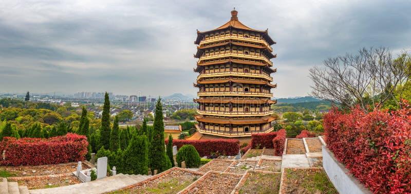 Pagoda en el panorama del cementerio de Suzhou, China imagen de archivo