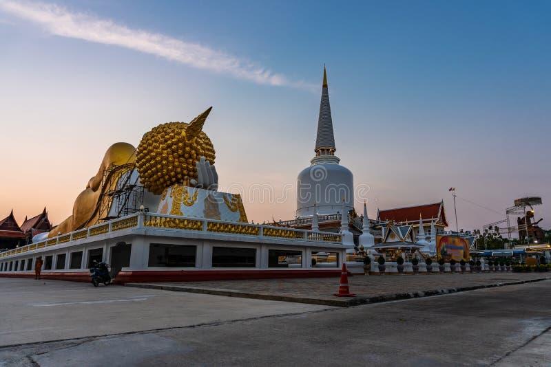 Pagoda en el templo y el color de la puesta del sol o de la salida del sol del cielo, públicos en Tailandia fotos de archivo