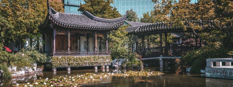 Pagoda et étang chez Lan Su Chinese Garden, à Portland, l'Orégon images libres de droits