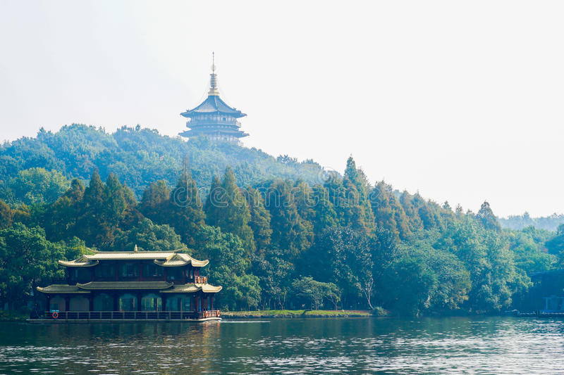 Pagoda et bateau sur le lac occidental photo stock