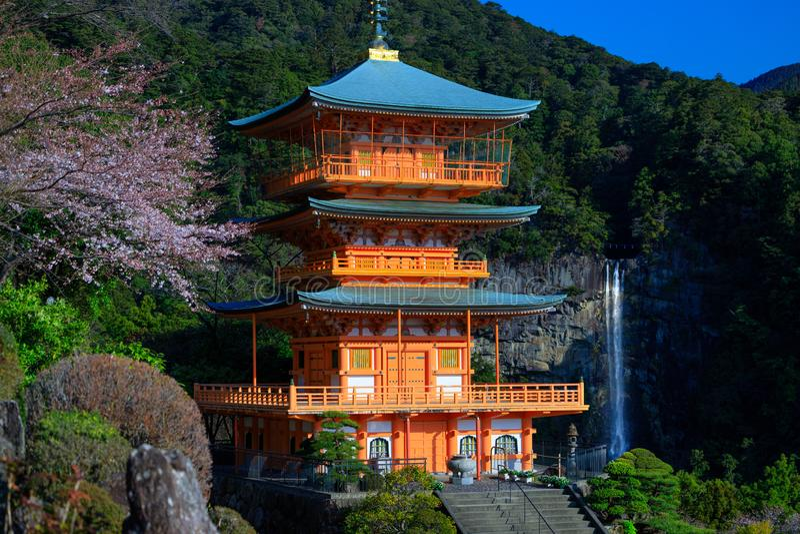 Pagoda et cascade japonaises photo stock
