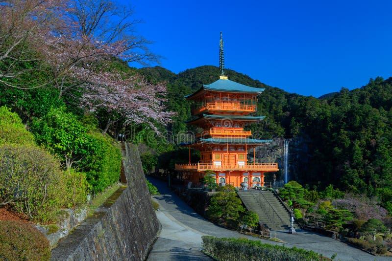 Pagoda et cascade japonaises photos libres de droits