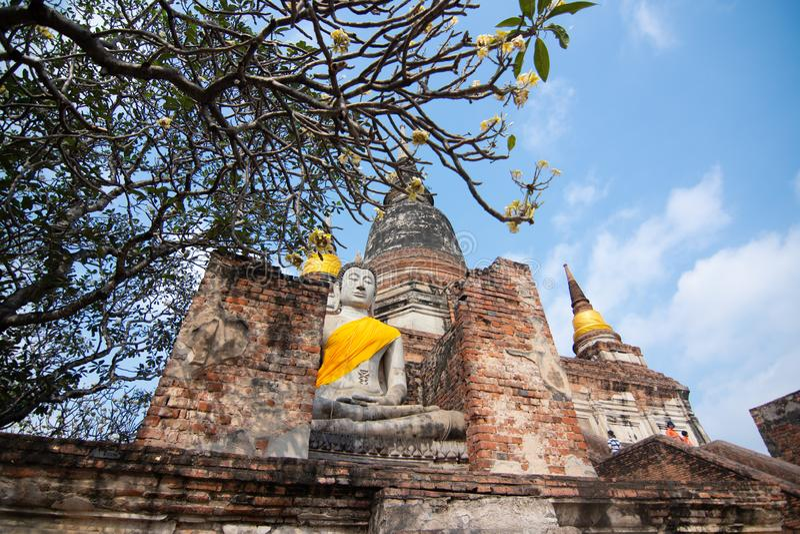 Pagoda et statut de Bouddha chez Wat Yai Chaimongkol, Ayutthaya images libres de droits