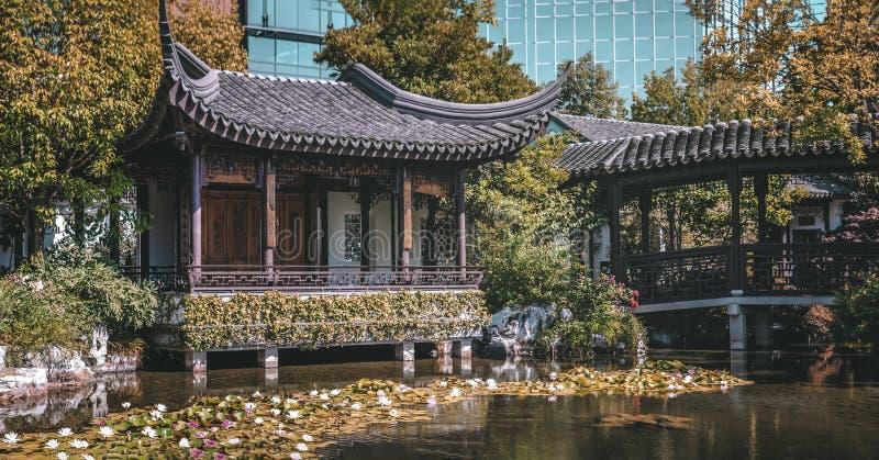 Pagoda et ?tang chez Lan Su Chinese Garden, ? Portland, l'Or?gon image stock