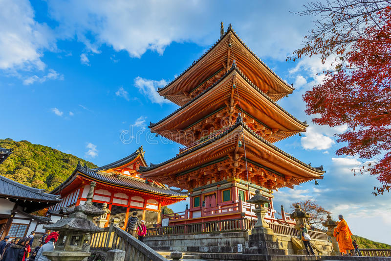 Pagoda famosa tres en el templo de Kiyomizu-dera en Kyoto foto de archivo
