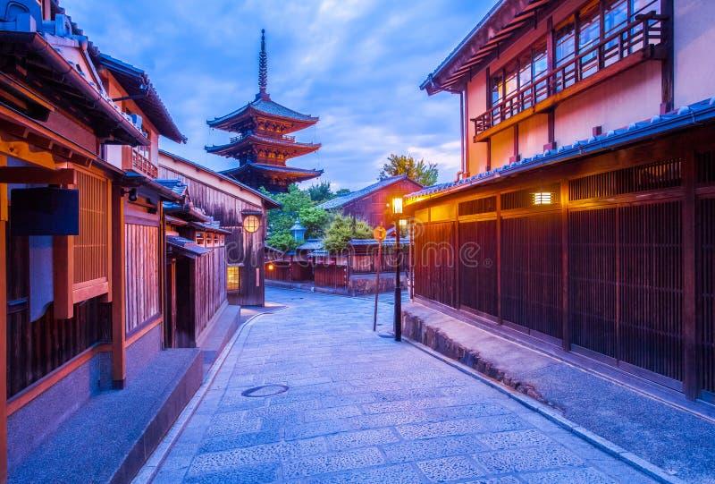 Pagoda giapponese e vecchia casa a Kyoto fotografie stock libere da diritti