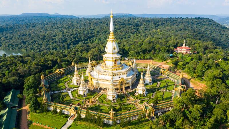 Pagoda gigante Phra Maha Chedi Chai Mongkol Temple, provincia Roi Et Thailand, cetiya gigante fotografia stock libera da diritti