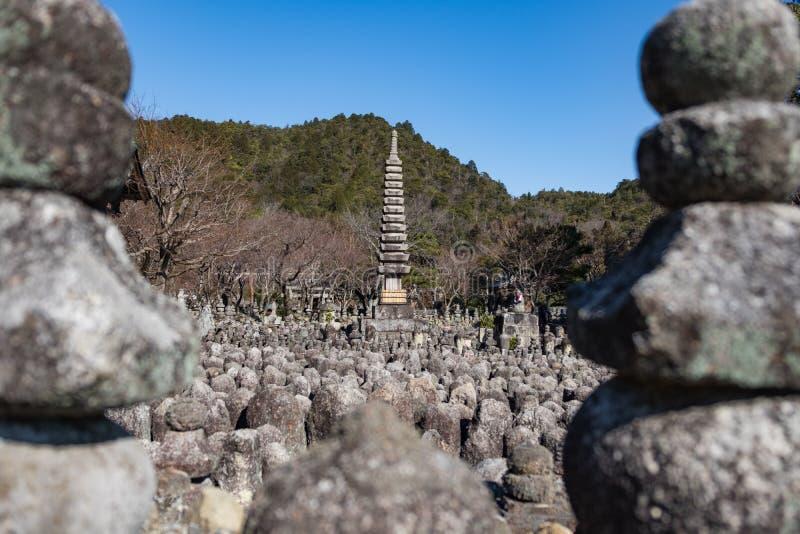 Pagoda i wiele statuy Adashino Nenbutsu-ji blisko Arashiyama bambusa lasu, fotografia stock