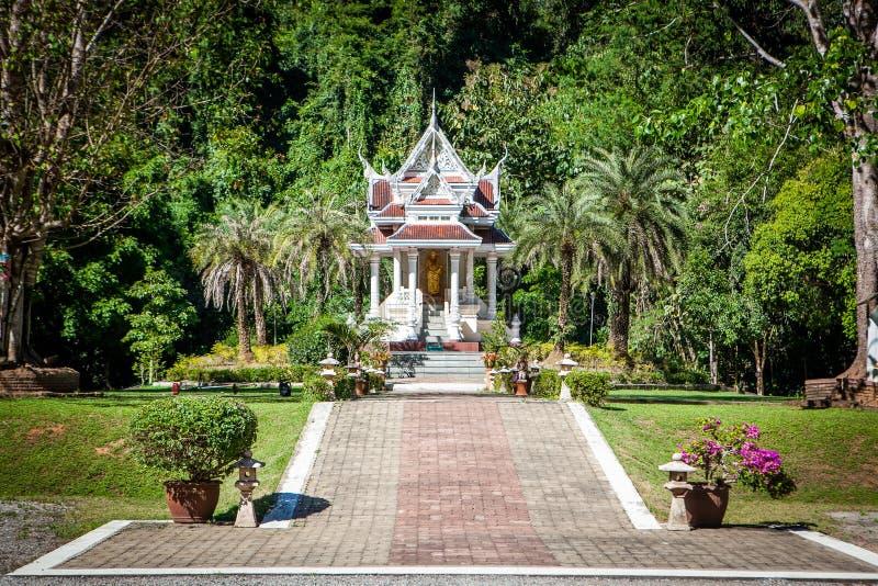 Pagoda minuscola all'entrata a Wat Tham Pha Plong Temple fotografie stock libere da diritti