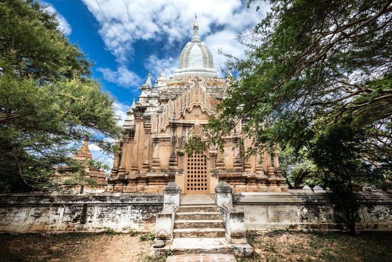 Pagoda nella regione di Mandalay Vecchio Bagan Cielo blu con le nubi immagine stock libera da diritti