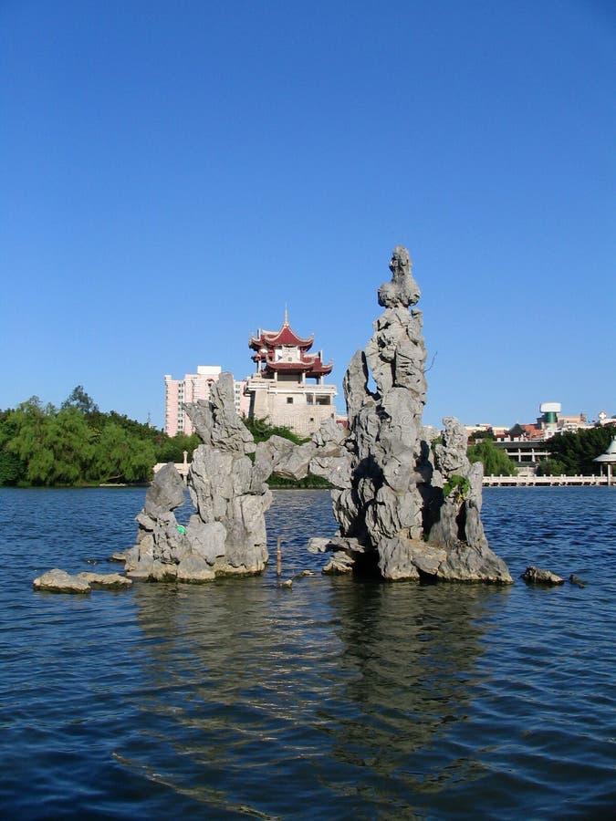 Pagoda, rochas & água fotos de stock