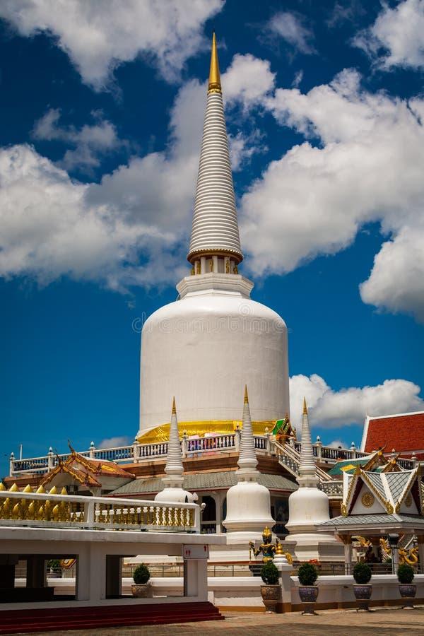 Pagoda sainte énorme dans le temple bouddhiste images libres de droits