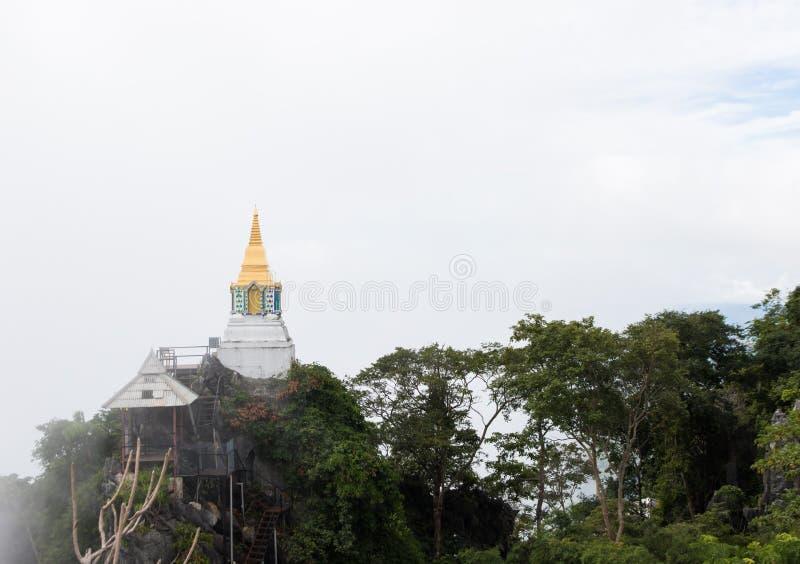 Pagoda sur la falaise photos stock